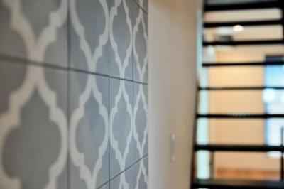 世田谷区N様邸 輸入タイルや3種類の床材など素材を楽しむ家 (キッチン:モロッコ輸入タイル)