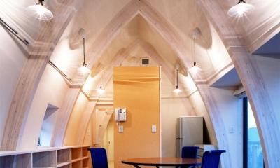 西熱海の陶芸工房のある家 (R形状の集成材梁(柱)で構成された空間)