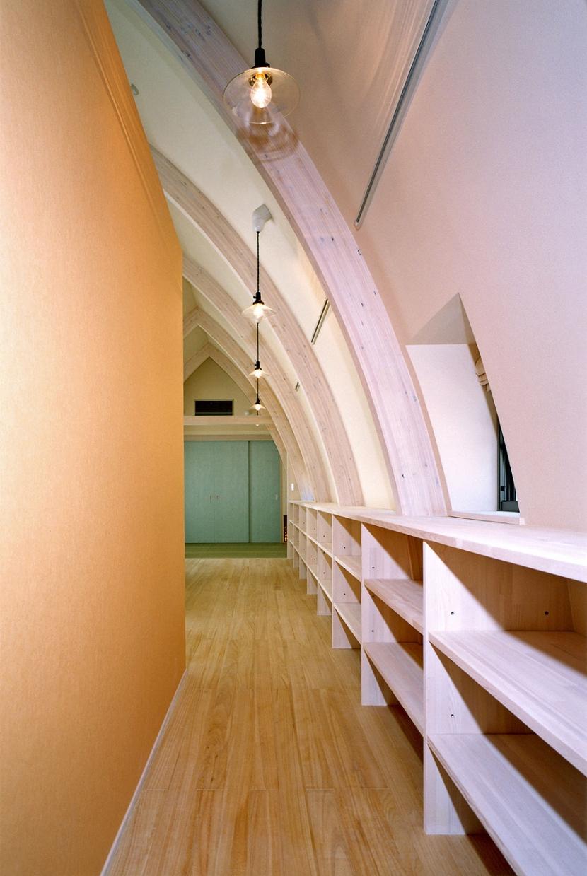 西熱海の陶芸工房のある家の部屋 廊下.左手の壁の裏にはキッチン.