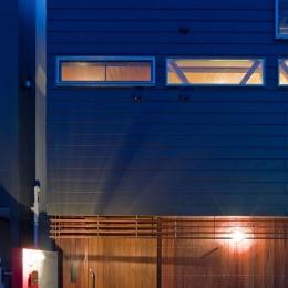 展望バルコニーのある家 (ガルバリウム鋼板葺きとアマゾンチェリーのコンビネーション)