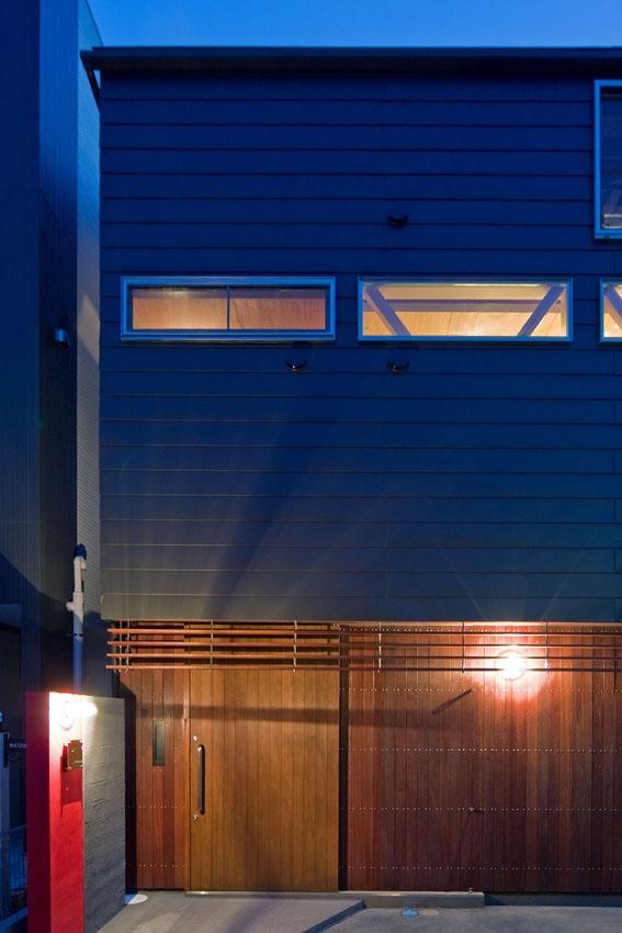 展望バルコニーのある家の部屋 ガルバリウム鋼板葺きとアマゾンチェリーのコンビネーション
