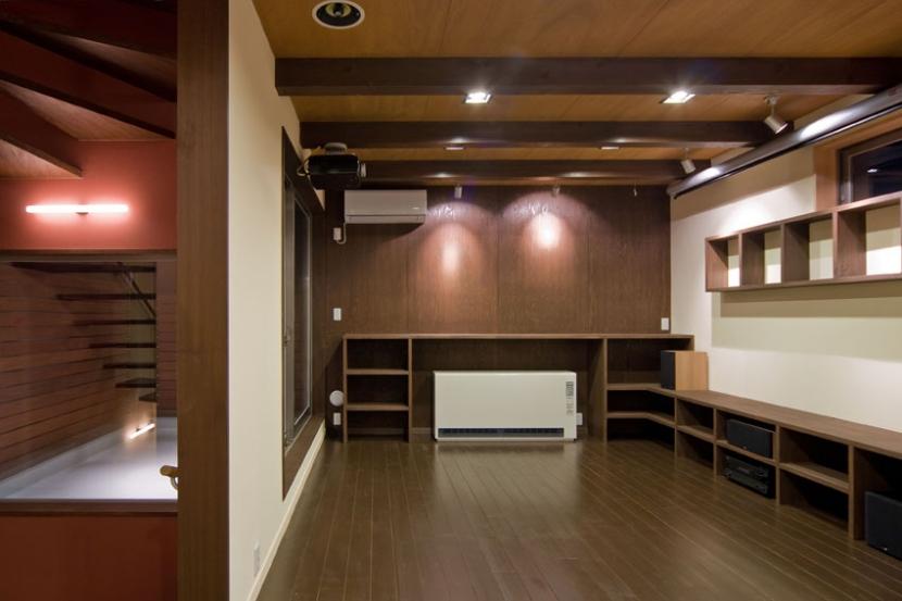 展望バルコニーのある家の部屋 木の質感を出した木造3階建て狭小住宅のリビング