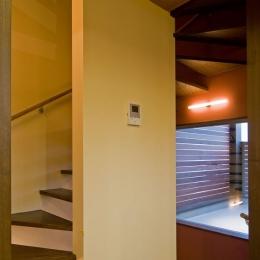 展望バルコニーのある家 (2階の階段室.奥にバルコニー)