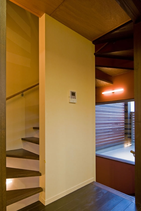 展望バルコニーのある家の部屋 2階の階段室.奥にバルコニー