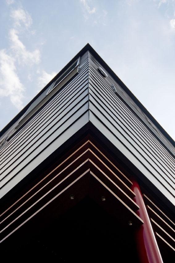 展望バルコニーのある家の部屋 建物コーナー部分(ガルバリウム鋼板平葺き)見上げ