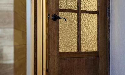 室内窓がつなぐリビングと書斎 (造作ドア)
