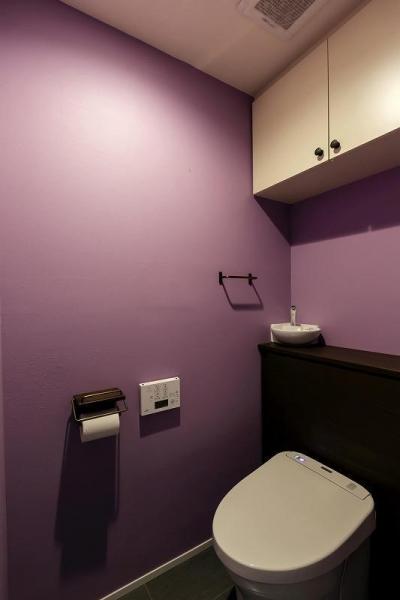 トイレ (室内窓がつなぐリビングと書斎)