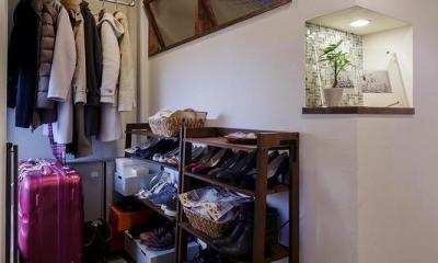 室内窓がつなぐリビングと書斎 (玄関土間)