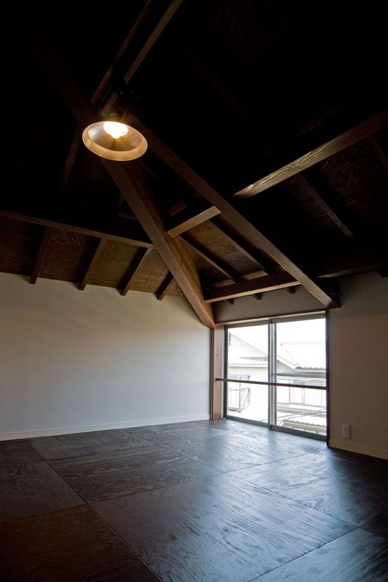 展望バルコニーのある家の部屋 道路斜線をギリギリに避けた3階の個室
