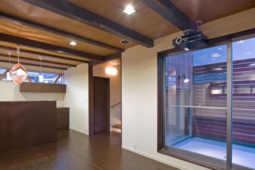 展望バルコニーのある家の部屋 木の空間を実現した木造3階建て2階部分のリビング