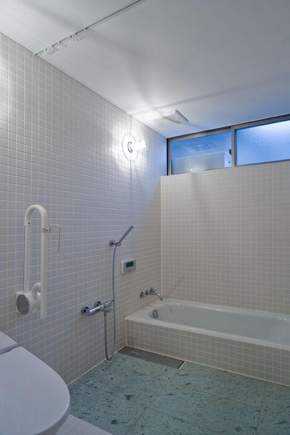 展望バルコニーのある家の部屋 浴槽の立ち上がりを30センチにしたパウダールーム