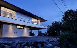 芦ノ湖の別荘 (シンプルに1層分上げて空に浮かぶ平屋)
