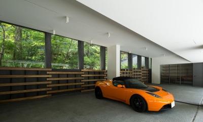 ヤマノイエ (森の景色が水平に連続するギャラリーのようなガレージ)
