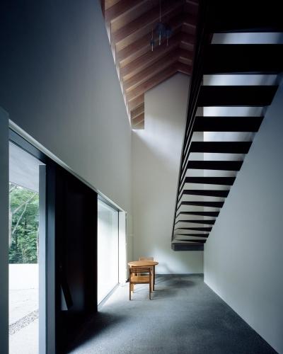 特徴的な階段のあるエントランスホール (ヤマノイエ)