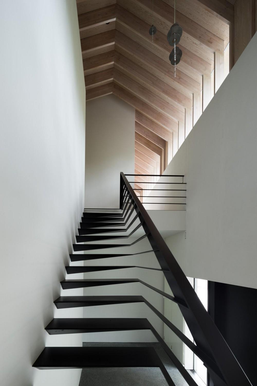 ヤマノイエ (不思議な浮遊感のある階段)