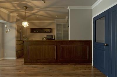 カウンターが印象的なキッチン (モールディングとアースカラーの色使いが際立つ住まい)