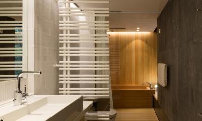 ヤマノイエ (寝室に付属した桧のお風呂)