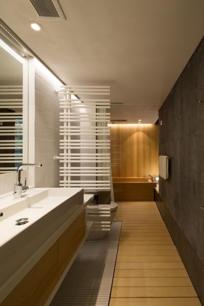 寝室に付属した桧のお風呂 (ヤマノイエ)