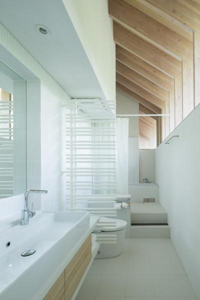ハイサイドライトから森の景色を楽しめる浴室 (ヤマノイエ)