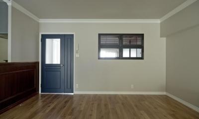モールディングとアースカラーの色使いが際立つ住まい (黒い枠の室内窓を設けて)