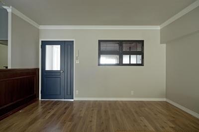 黒い枠の室内窓を設けて (モールディングとアースカラーの色使いが際立つ住まい)
