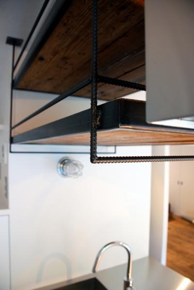 鉄筋で作ったキッチン吊棚 (国立 団地リノベーション)