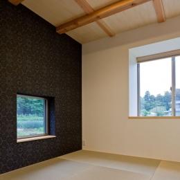 農村風景を望む母屋と並ぶ家 (濃い色の和紙クロスを貼った縁なし畳を敷いた客間)