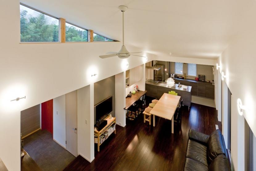 建築家:米村和夫「農村風景を望む母屋と並ぶ家」