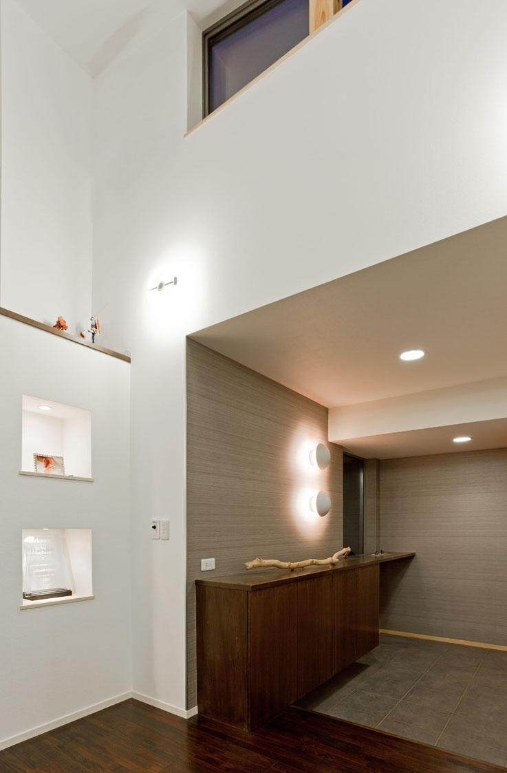 農村風景を望む母屋と並ぶ家の写真 ルイスポールセンの照明がある玄関