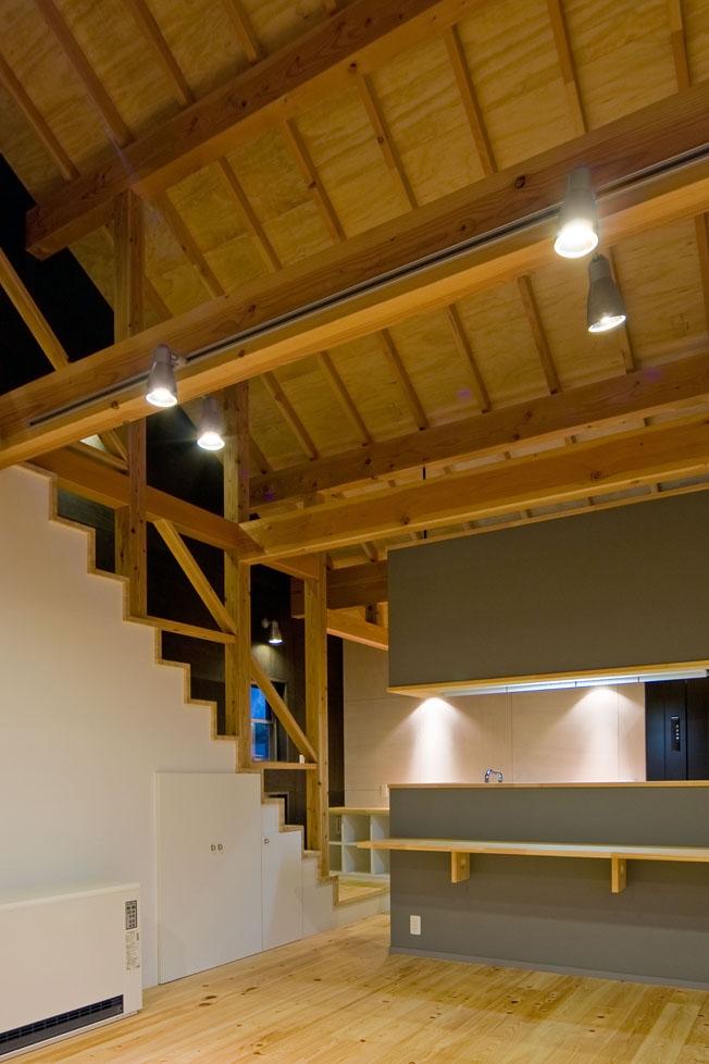 田園風景まっただ中の家の部屋 リビングにある階段のデザイン