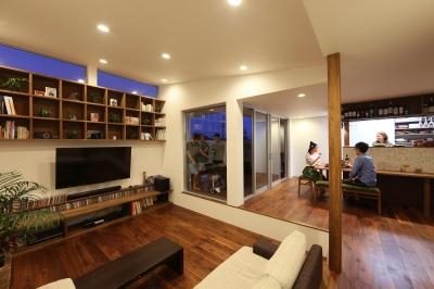 家の中で一番良い場所にリビングを置く。「理想を忘れなかったから生まれた、素敵な2階リビングです」 (LDK)