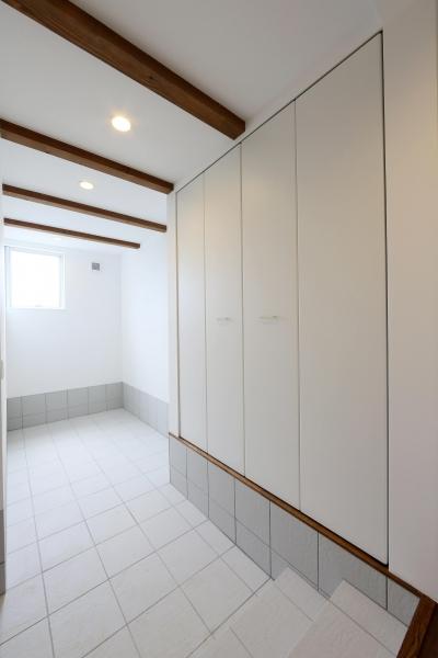 玄関スペース (カフェスタイルのオープンスペースがある家。「理想を忘れなかったから生まれた空間です。」)