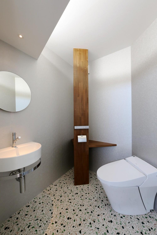 家の中で一番良い場所にリビングを置く。「理想を忘れなかったから生まれた、素敵な2階リビングです」 (トイレ)