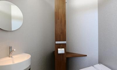 カフェスタイルのオープンスペースがある家。「理想を忘れなかったから生まれた空間です。」 (トイレ)