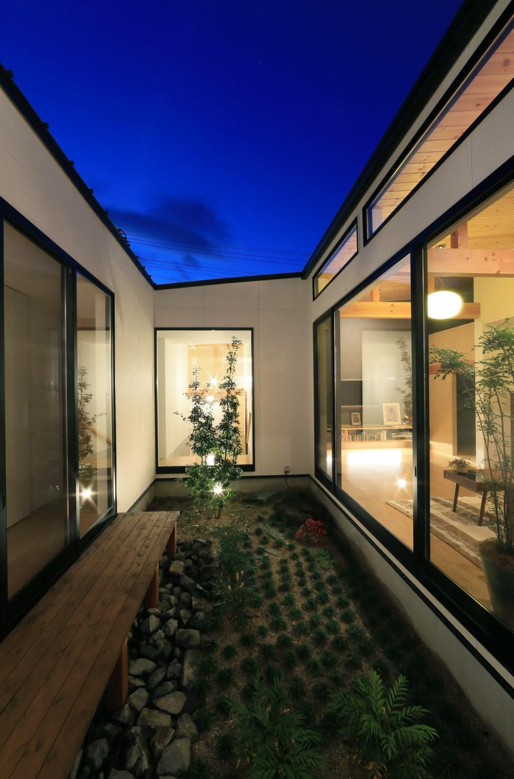 暗かった庭に光が差し込む。毎朝のラジオ体操が日課になる。暮らし方が楽しく変わる、建築家の平屋建て。 (中庭)