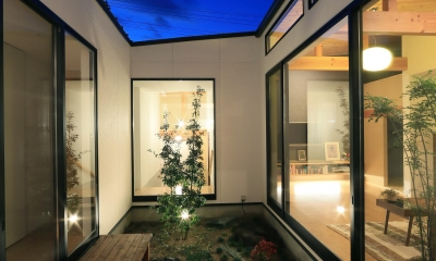 暗かった庭に光が差し込む。毎朝のラジオ体操が日課になる。暮らし方が楽しく変わる、建築家の平屋建て。