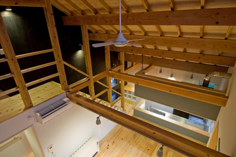 田園風景まっただ中の家の部屋 2階からリビングを見下ろす