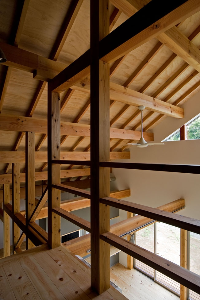 田園風景まっただ中の家の部屋 構造体をみせる空間