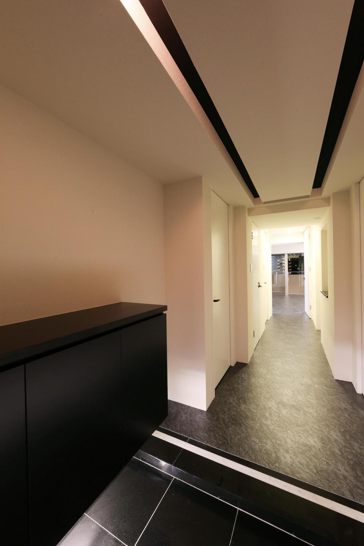 大きな窓からの眺望を活かした設計。夜景が似合うホテルライクな空間へ。 (玄関)