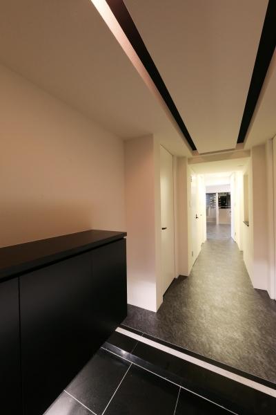 玄関 (大きな窓からの眺望を活かした設計。夜景が似合うホテルライクな空間へ。)
