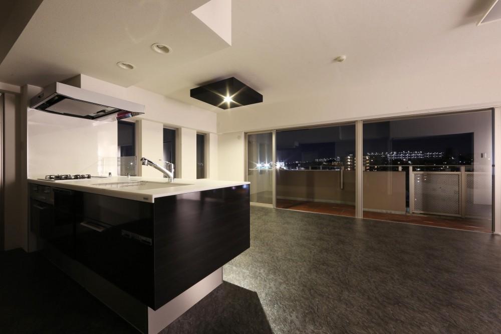 大きな窓からの眺望を活かした設計。夜景が似合うホテルライクな空間へ。 (LDK)