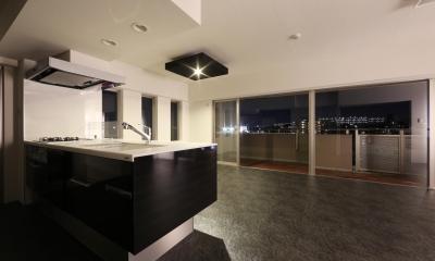大きな窓からの眺望を活かした設計。夜景が似合うホテルライクな空間へ。