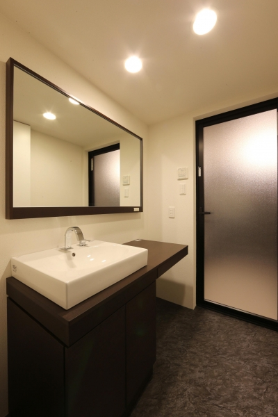 大きな窓からの眺望を活かした設計。夜景が似合うホテルライクな空間へ。 (洗面)