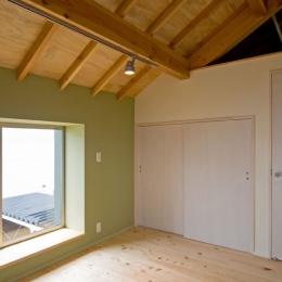 田園風景まっただ中の家 (外壁面にモスグリーンのクロスを施工した2階の寝室)