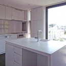 D邸の写真 白いアイランドキッチン