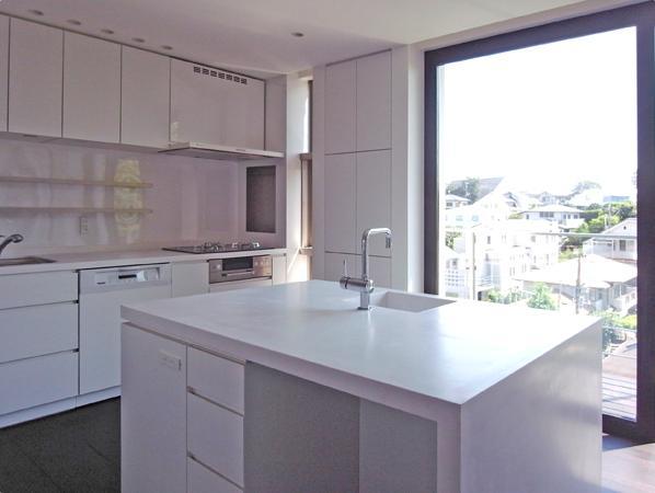 D邸の部屋 白いアイランドキッチン