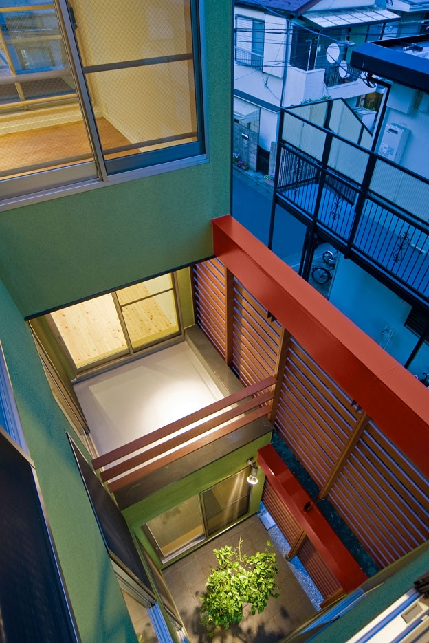 外観事例:3階よりライトコート見下ろし(陽が降り注ぐライトコートのある家/東京都阿佐ヶ谷の家)