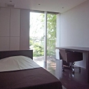 D邸の写真 ウッドデッキテラスと一体感のある寝室