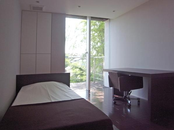 D邸の部屋 ウッドデッキテラスと一体感のある寝室
