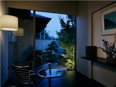 S邸 (庭の景色をゆったりと眺めることができるくつろぎの空間ーライトアップ)